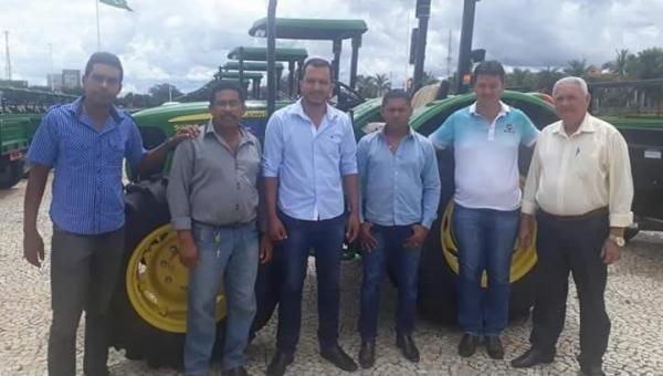 Prefeitura recebe trator agrícola fruto de emenda parlamentar